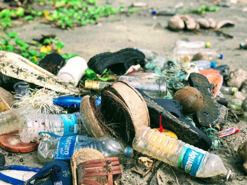 産業廃プラスチックとは?意外とかさばる処分費を賢く抑える方法を紹介