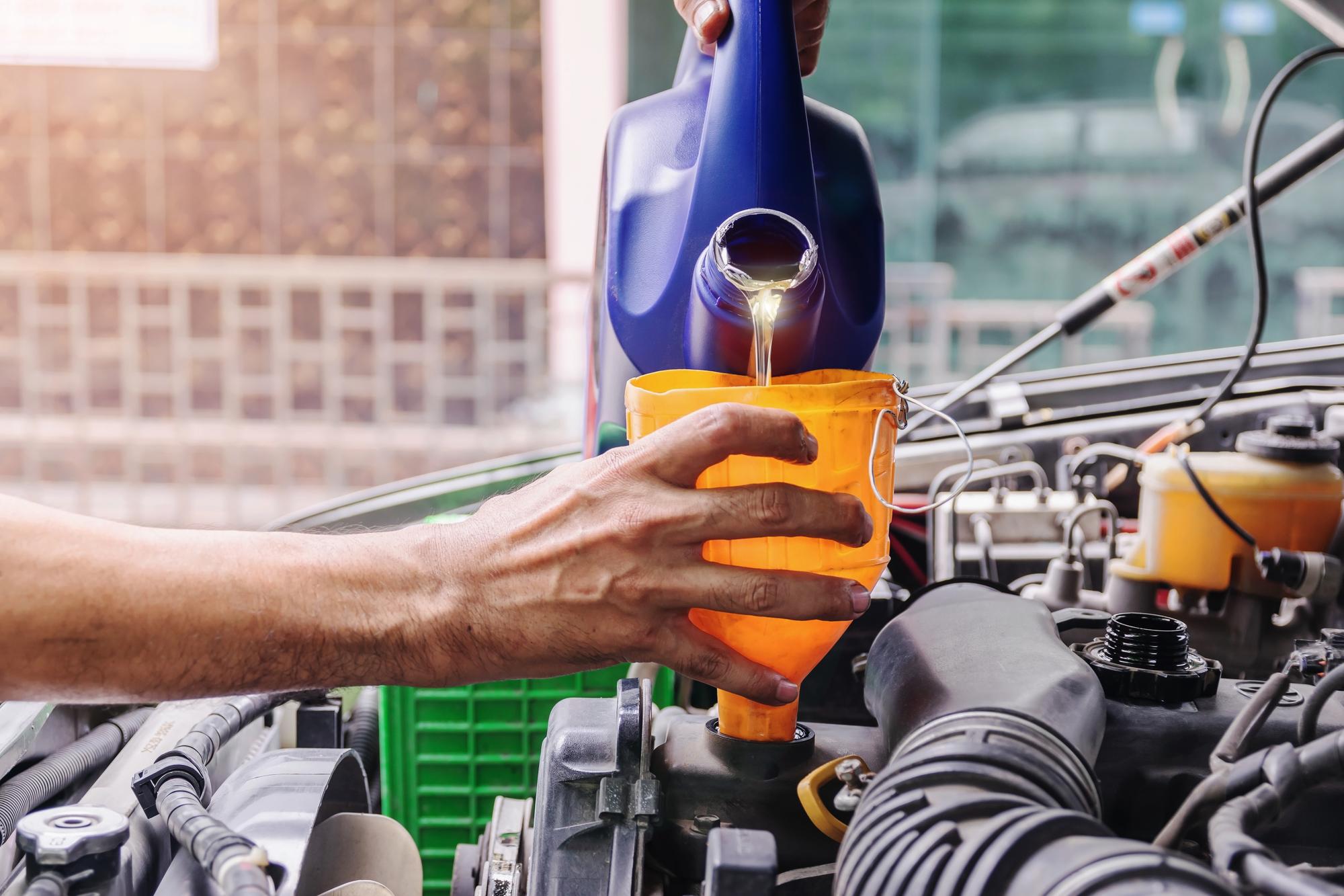 エンジンオイルの廃棄方法とは?正しい捨て方をご紹介!